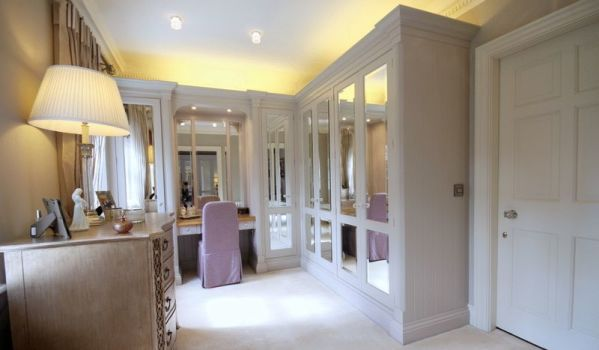 Top 9 walk in wardrobes zoopla for Walk through closet to bathroom design