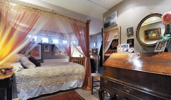Bedroom on houseboat at Lightermans Walk.