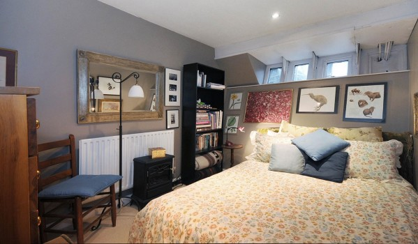 Main bedroom on houseboat at Lightermans Walk.