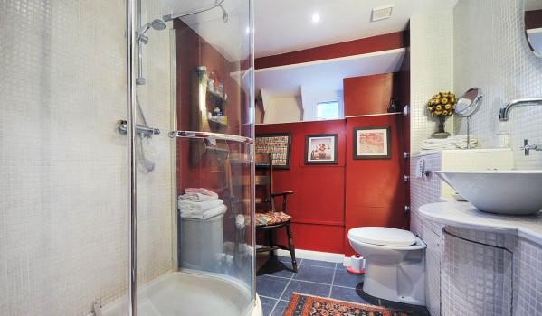 Bathroom on houseboat at Lightermans Walk.
