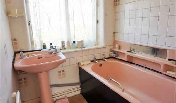 Pink bathroom suite in need of repair