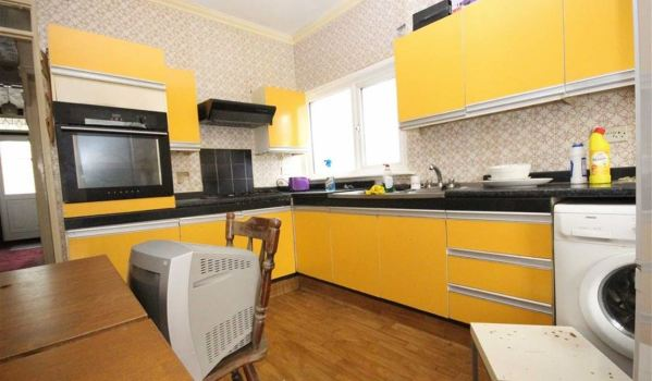 Tired yellow 80s kitchen