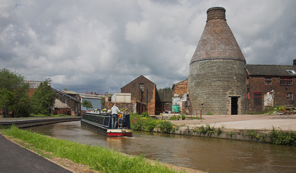 Canal and bottle kiln in Stoke-on-Trent