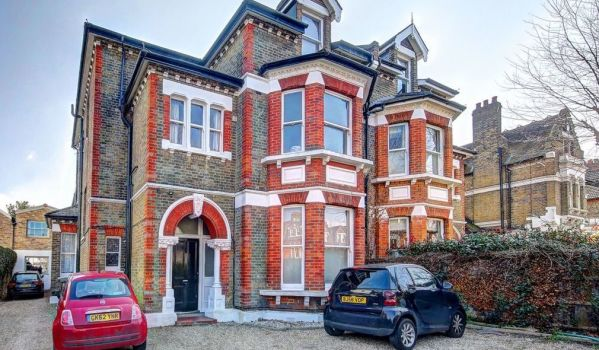 A flat suited to buy-to-let in Earlsfield, SW18.