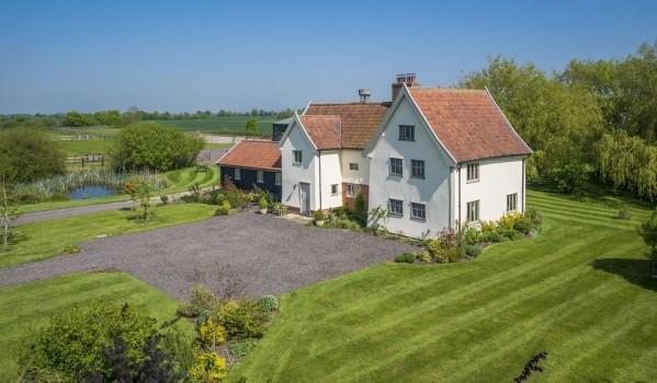 Pretty detached house with surrounded by gardens and paddocks