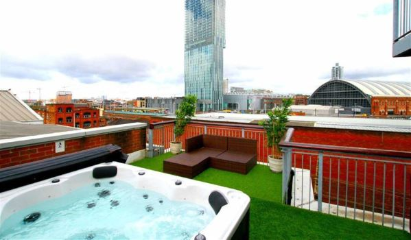 Hot tub on the terrace of a penthouse in Manchester