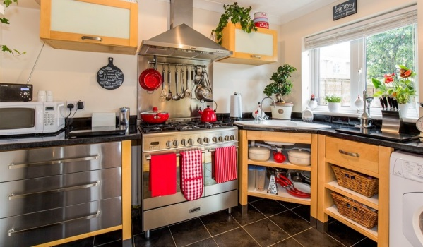 Wood and stainless steel kitchen with red accessories