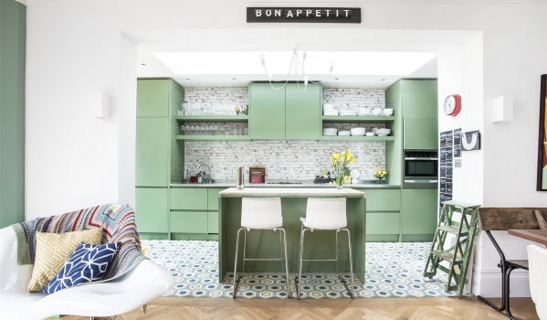 Trendy green kitchen with integrated handles and geometric floor tiles