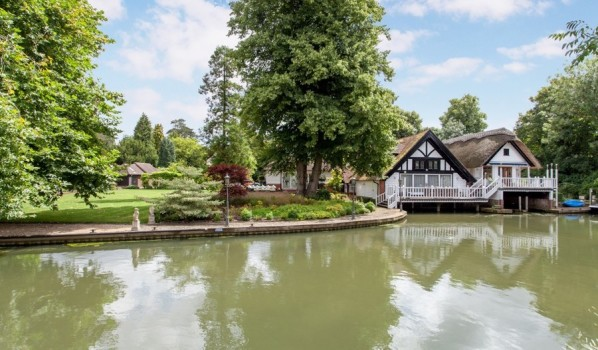 Thatched five-bedroom home on the river in Goring on Thames