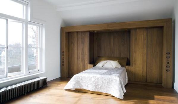 Spacious bedroom.