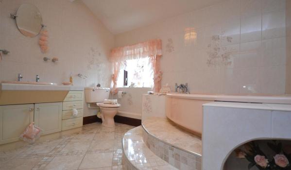 Peach coloured bathroom from the 1990s