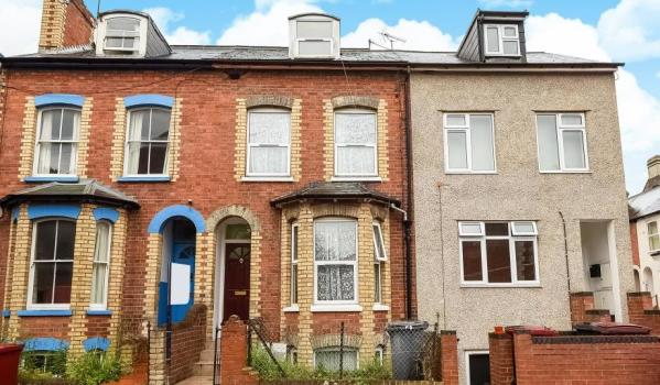 Terraced house for sale in Reading.