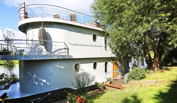 Houseboat in Shepperton