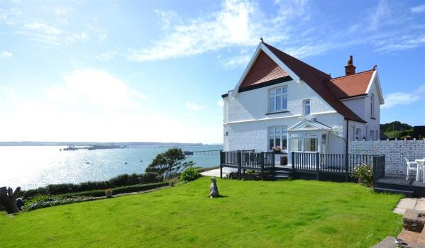 Detached house with views of Cleddau estuary