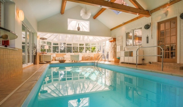 Indoor swimming pool in extension