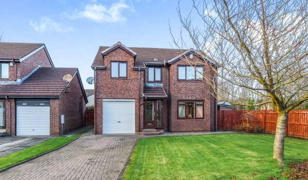 Detached house in Girdle Toll