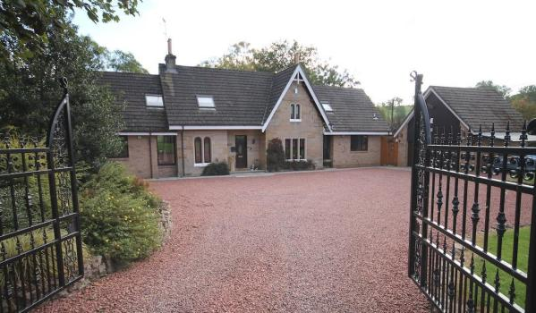 Detached cottage in Carluke