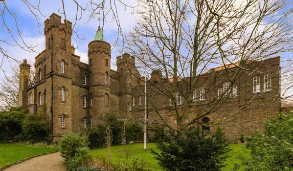 Top 10 castles for sale zoopla for Castle style homes for sale