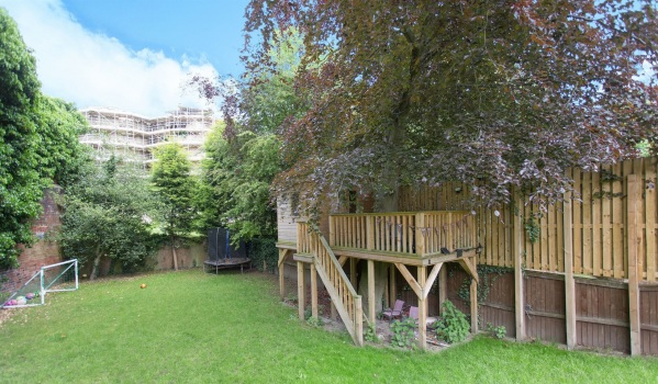 Treehouse with upper deck in Pontefract