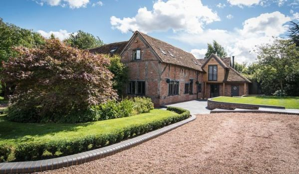 Five-bedroom barn conversion in Chadwick End