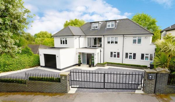 Six-bedroom detached house in Hadley Wood
