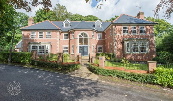 Six-bedroom detached mansion in Heaton