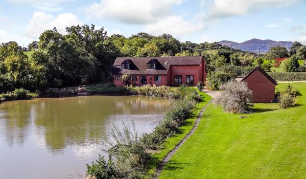 Five-bedroom detached house with lakes in Bransford