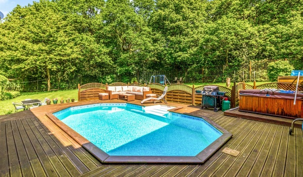 Four-bedroom property with a swimming pool in Greasbrough