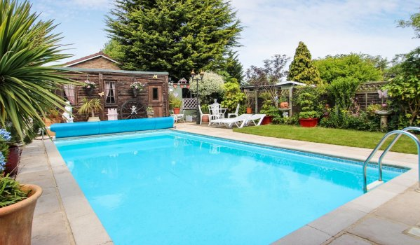 7 homes with swimming pools for less than 500k zoopla - Houses in england with swimming pools ...