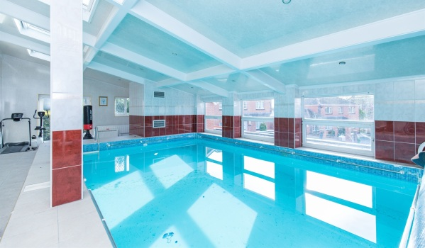 Five-bedroom house with a swimming pool in Hendy