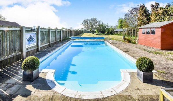 Five-bedroom detached house with a swimming pool in North Frodingham
