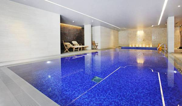One-bedroom flat with a communal pool in Colindale