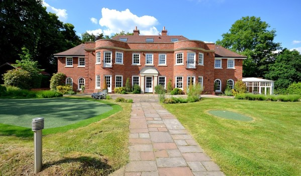 Seven-bedroom detached house in Hersham