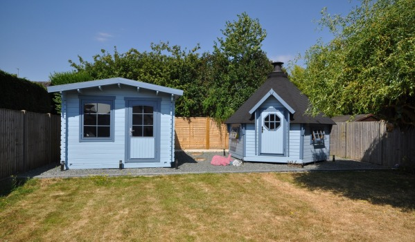 Four-bedroom detached house in Woodley with a summerhouse and barbecue hut