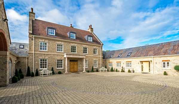 Nine-bedroom country house in Gayhurst