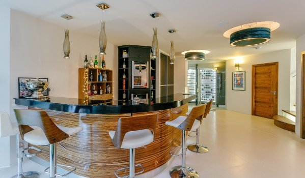 Bar in a four-bedroom detached house in Normanton-On-The-Wolds