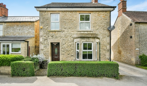Three-bedroom detached house in Calne for £290,000