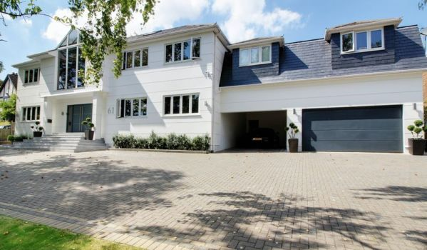 Eight-bedroom detached house in Cuffley