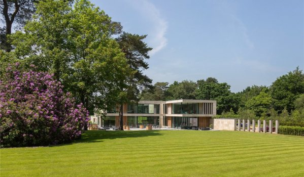 Six-bedroom detached house in Wentworth