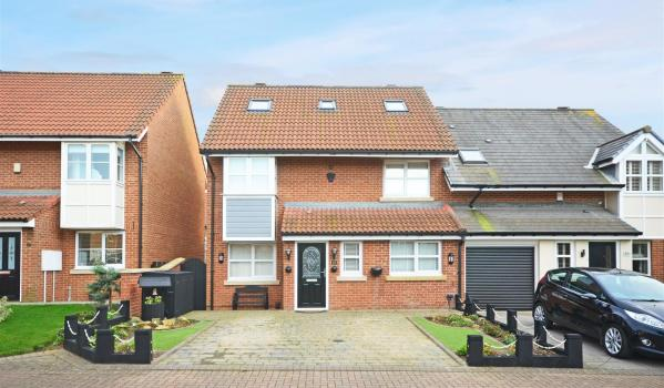 Four-bedroom semi-detached house in Sunderland