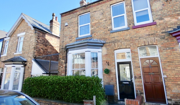 Three-bedroom end of terraced house for sale in Scarborough