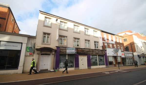 Two-bedroom flat for sale in Leicester for £70,000