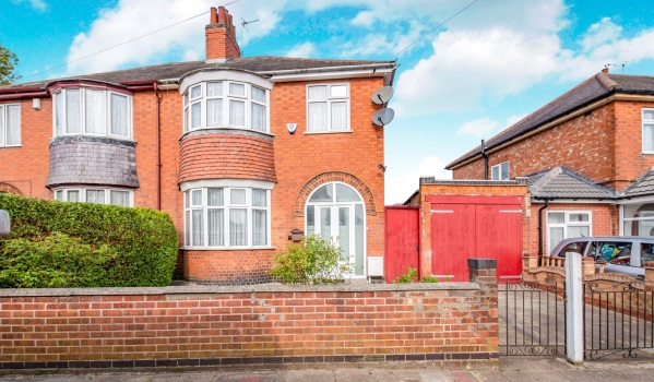 Three-bedroom semi-detached house for sale in Leicester for £280,000
