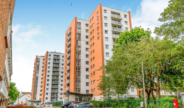 Two-bedroom flat for sale in Northampton for £140,000