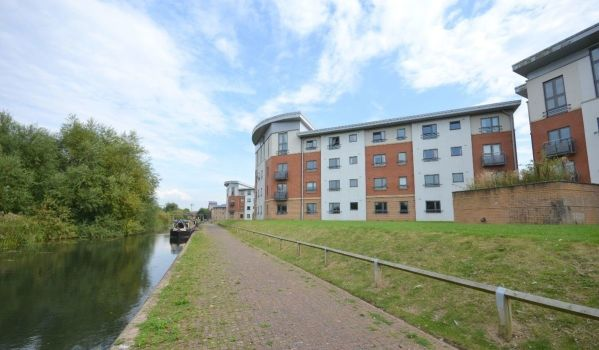 Two-bedroom flat to rent in Northampton for £750 pcm
