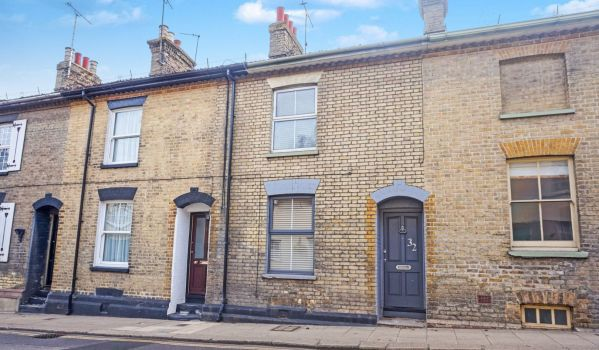 Two-bedroom terraced house in Rochford, for £290,000
