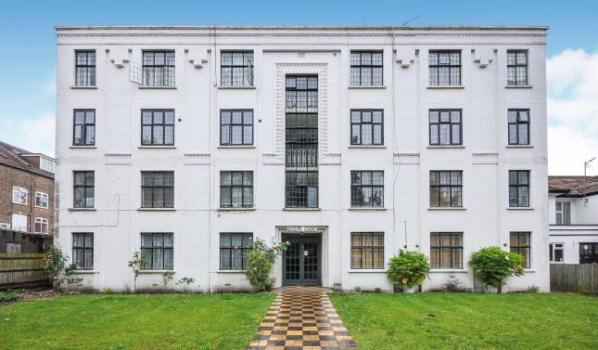 Art deco flat for sale in South Croydon, London
