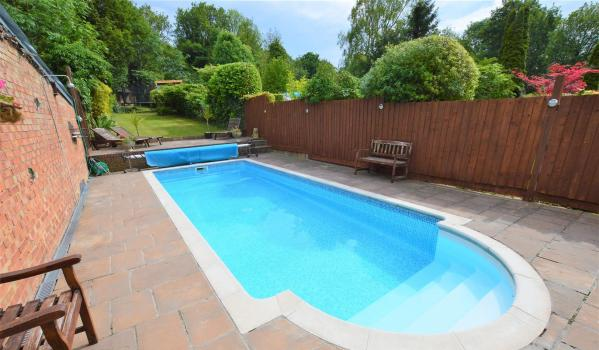 Three-bedroom semi-detached house in Dunstable with a swimming pool